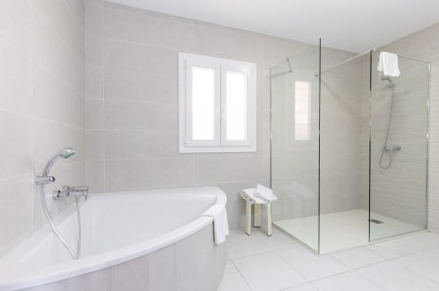 Proa San Jaime bathroom plus shower